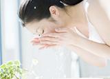 这样洗脸让你一步步毁容 洗脸误区让肌肤更干燥